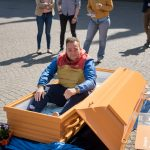 Wer wollte, durfte im Sarg Probe liegen – für Arne Franke ein besonderes Erlebnis (c) M3B GmbH / Malte Heitmüller