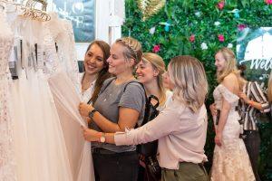 Rund 100 Aussteller bieten Produkte und Dienstleistungen rund um das Thema Hochzeit – darunter Brautmode für Sie und Ihn (c) M3B GmbH/Jan Rathke
