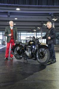 Motorrad Rudge Spezial von 1937/38, zwei Männer stehen links und rechts vom Motorrad