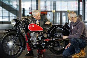 Motorrad; Rennmaschine DKW ORS 250, daneben hocken zwei Männer