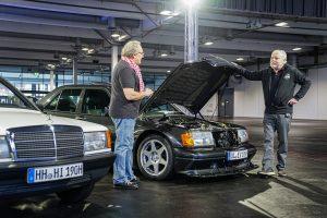 Zwei Oldtimer von Mercedes. Ein Auto mit geöffneter Motorhaube, zwei Männer stehen daneben,